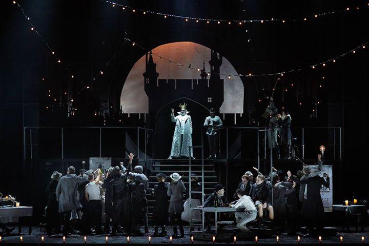 le roi de Bavière (Franck Leguérinel) - chœur Aedes © Pierre Grosbois – Opéra Comique
