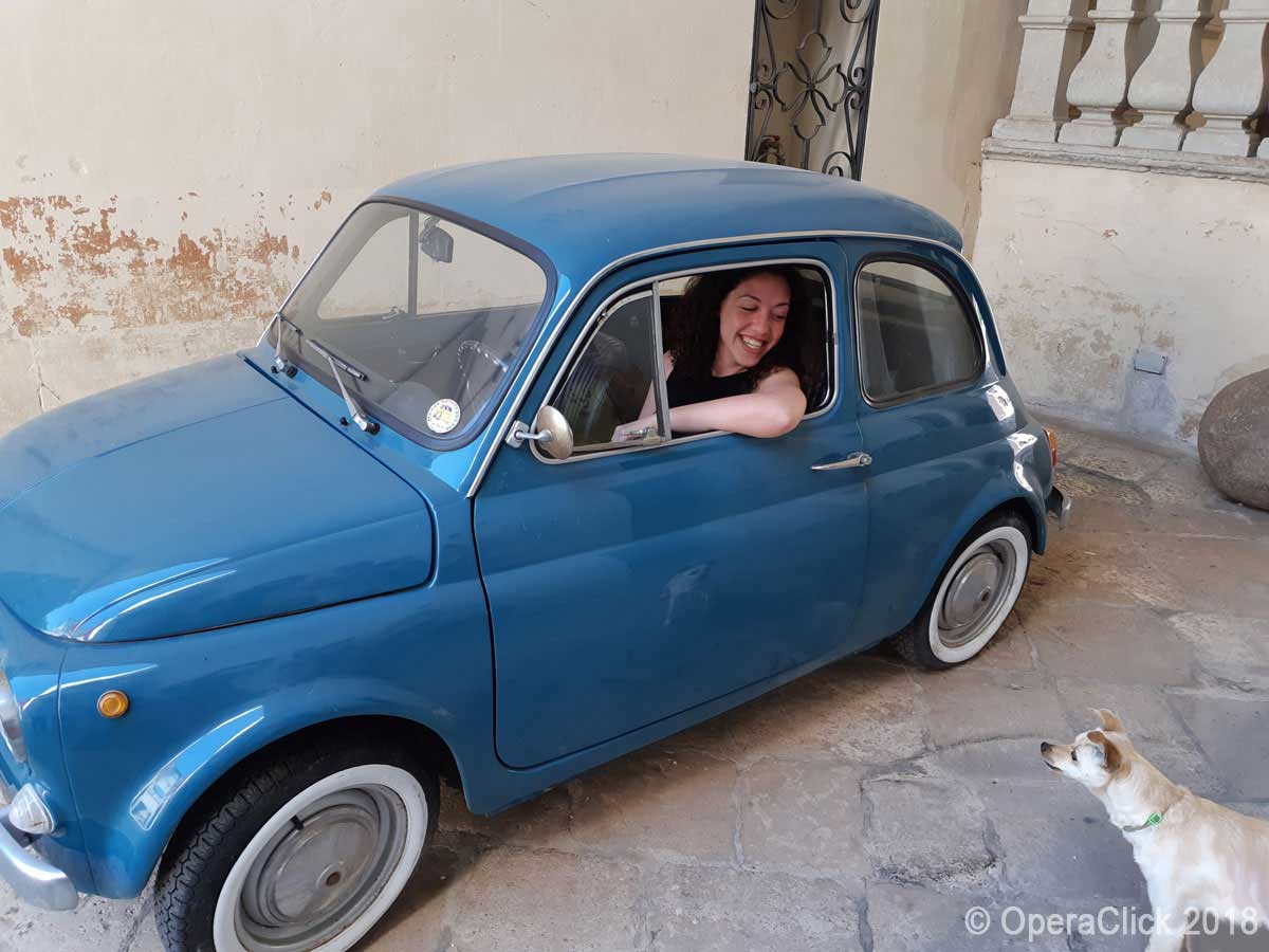 Beatrice Rana sulla FIAT 500 d'epoca appartenente a Fabio Bacile