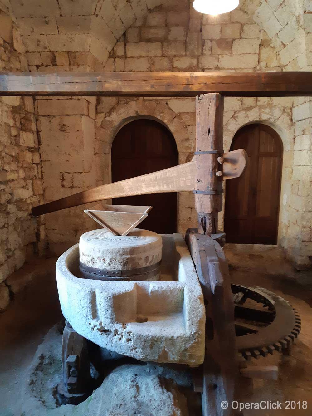 Uno strumento di lavoro della masseria che racchiude l'Abbazia di S.Maria di Cerrate