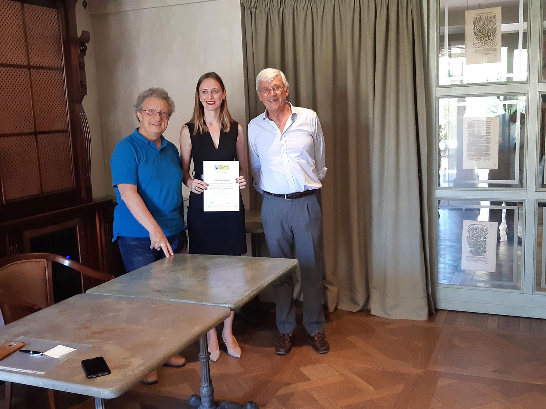 Vittoria Vimercati  fra Alessandro Corbelli e Walter Vergnano durante la consegna dell'attestato di partecipazione