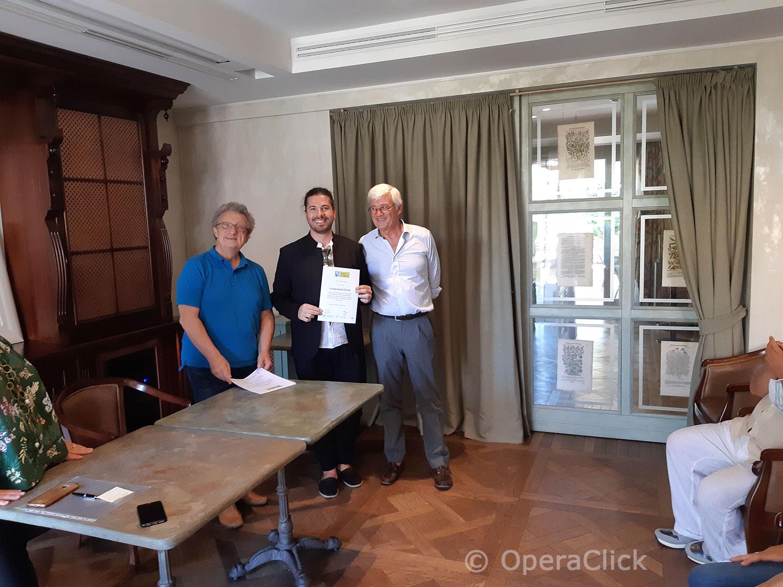 Davide Giangregorio fra Alessandro Corbelli e Walter Vergnano durante la consegna dell'attestato di partecipazione
