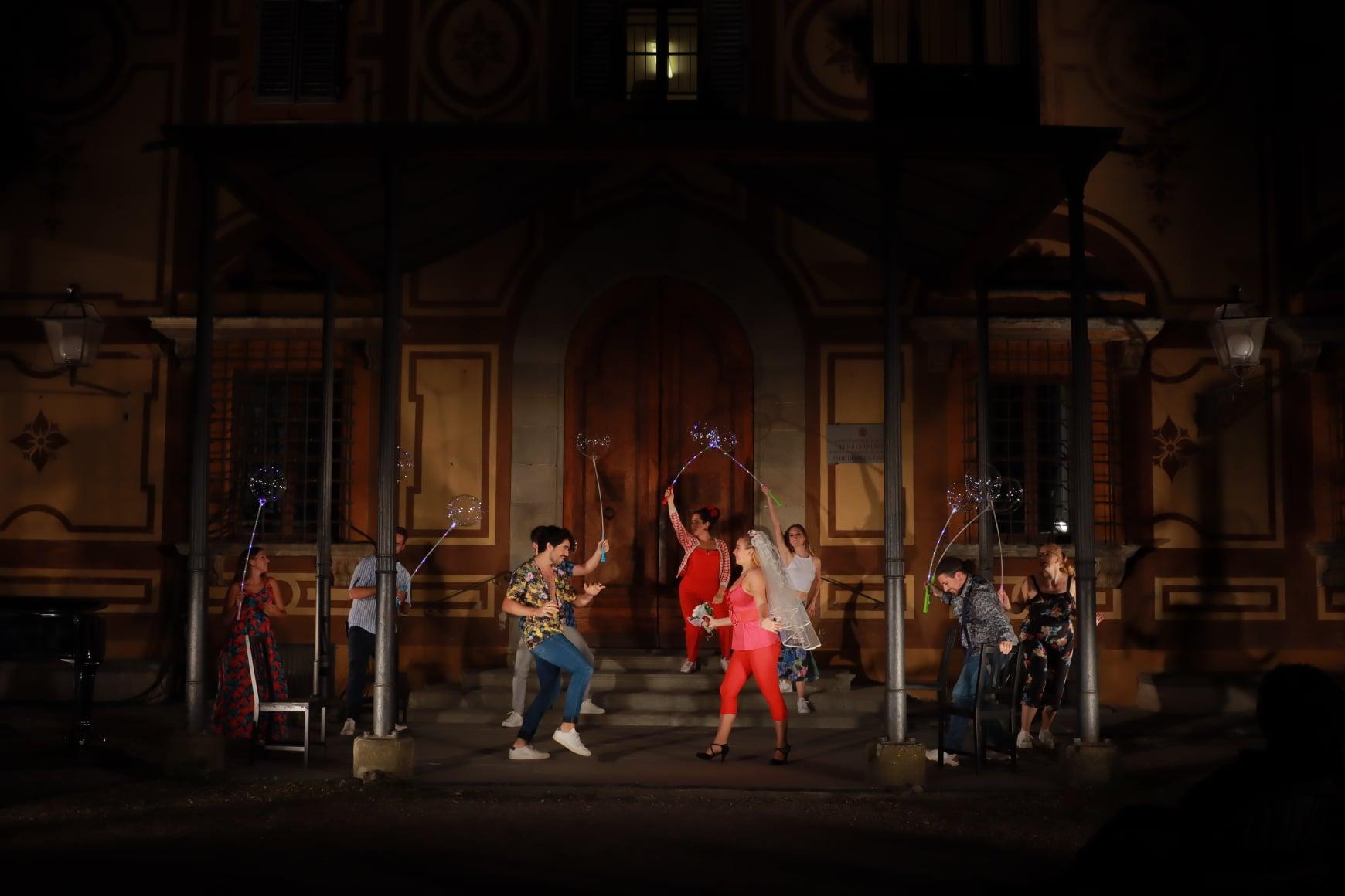 al centro della scena Yuri Guerra e Viola Sofia Nisio - foto Corso d'Opera